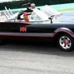 Castroneves pilota o Batmóvel em São Paulo