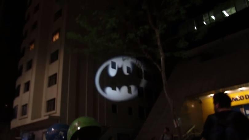 Bat Sinal iluminando os prédios da Avenida Paulista