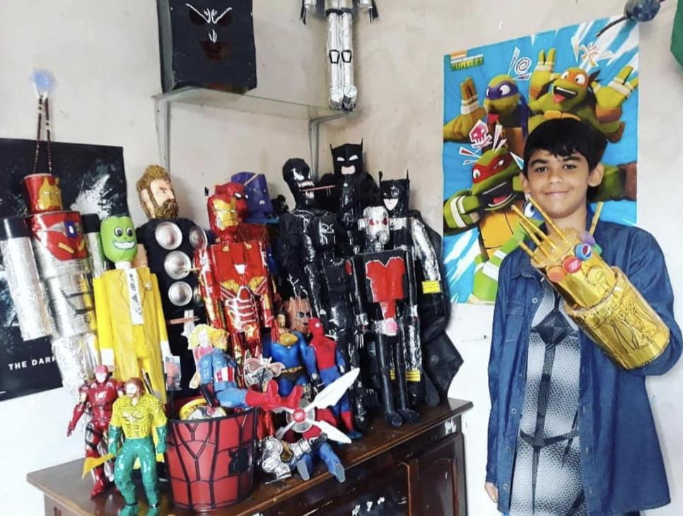 Adolescente usa materiais reciclados e faz mais de 40 bonecos de super heróis 10